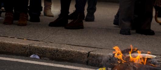 Wert quéimase no lume que él mesmo prendeu