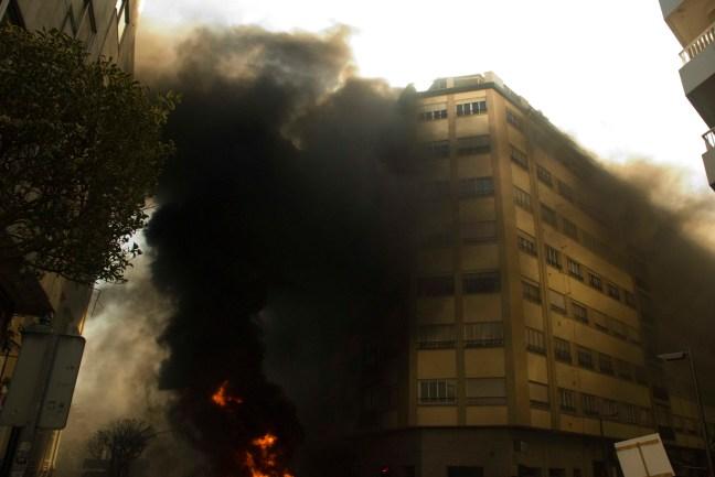 O fume da barricada principal na rúa do Hórreo chega ata os pisos