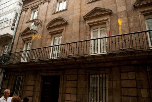 """Pintura """"rojigualda"""" sobre la fachada del edificio de Extranjería. Sergio Casal"""